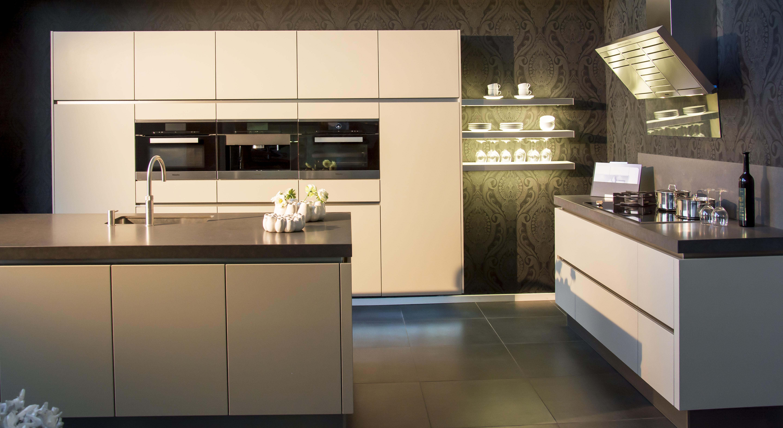 Design Keuken Showroom : Showroom mat gelakte designkeuken keukencentrum de graafschap